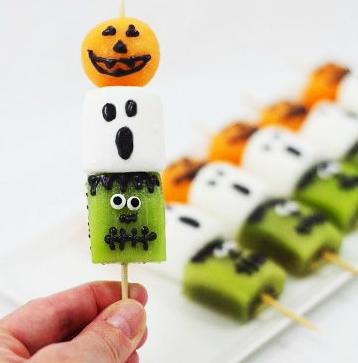 фото шашлычков из киви, зефира и мандаринок: сладкое оформление хэллоуина