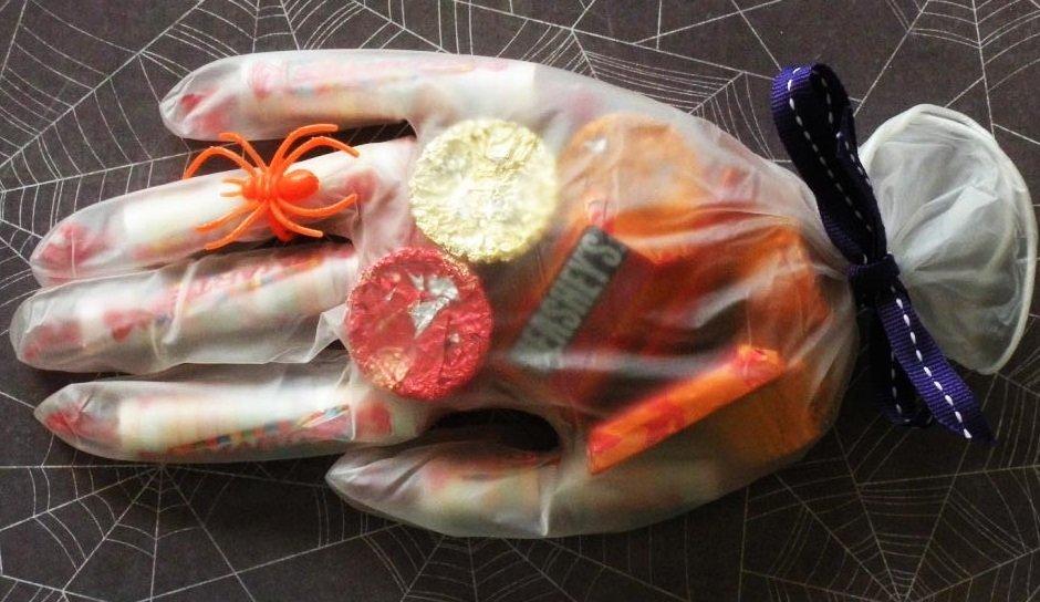 фото латексной перчатки с конфетами: сладкое оформление хэллоуина