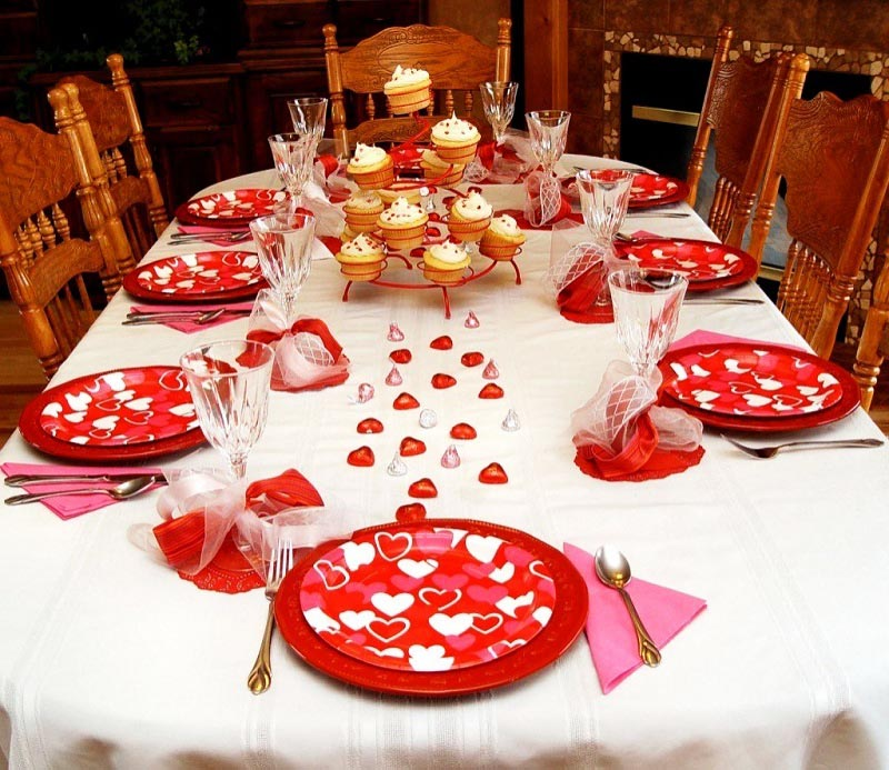 фото оформления стола красной посудой и лентами: оформление свадьбы в красном цвете