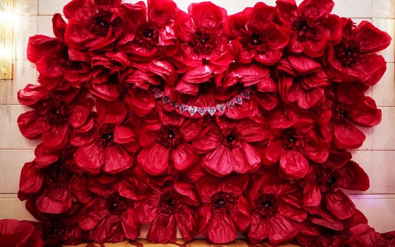 фото большых объемных бордовых цветов: оформление свадьбы в красном цвете