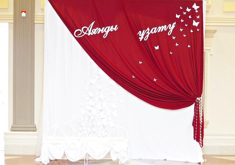 фото красиво задрапированного отреза красной и белой ткани: оформление свадьбы в красном цвете