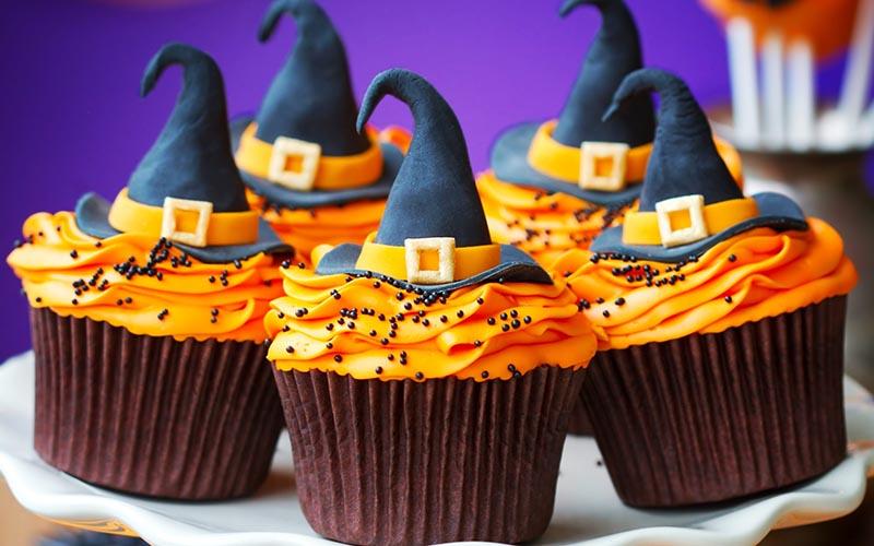 фото украшений в виде остроконечных шляп: сладкое оформление хэллоуина