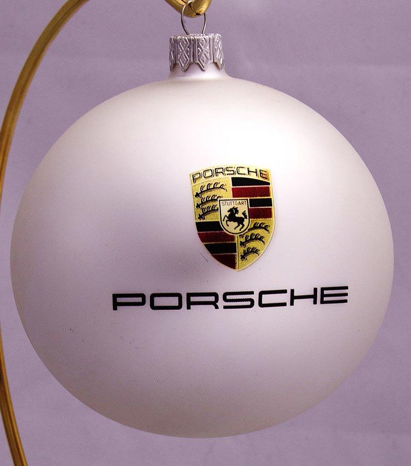 елочный шарик из символикой porsche: оформление новогоднего корпоратива