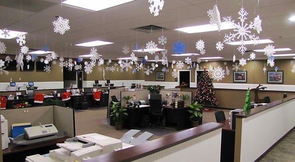 фото бумажных снежинок: оформление новогоднего корпоратива