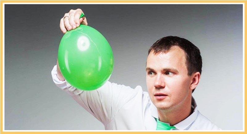 мужчина держит воздушный шарик: веселый сценарий для корпоратива